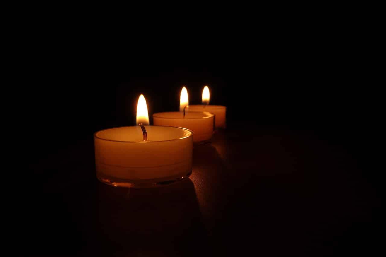Dildo benutzen - romantische Stimmung durch Kerzen